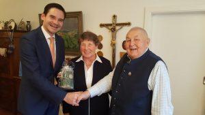 Oberbürgermeister Andreas Steppberger gratuliert dem Ehepaar Berta und Richard Daum zum 80. Geburtstag